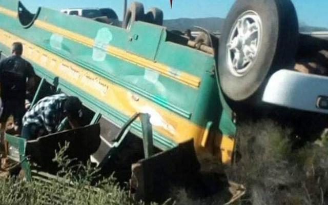 Volcadura de autobús escolar deja 11 heridos en Baja California Sur - Autobús escolar volcado en Baja California Sur. Foto de 624 Noticias