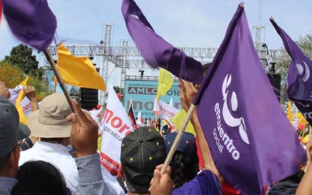AMLO agradece apoyo al PES tras su pérdida de registro - Banderas del PES en mitin de AMLO. Foto de @EncuentroSocialPPN