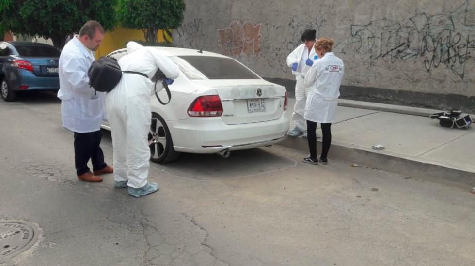 Hallan dos cadáveres dentro de auto en la Venustiano Carranza - Foto de @alertasurbanas