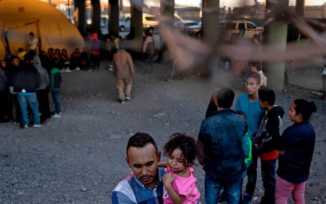 Hay que tomar a Trump en serio; Casa Blanca refrenda amenaza de cerrar frontera - Campamento provisional de migrantes indocumentados debajo del puente Paso del Norte de El Paso, Texas. Foto de The New York Times