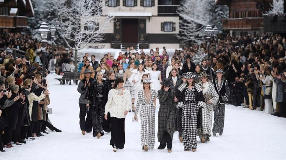 Chanel rinde homenaje a Karl Lagerfeld en su desfile de París - Foto de AFP