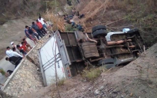 Mueren al menos 25 migrantes tras volcadura de camión en Chiapas - Foto de @Fercanton