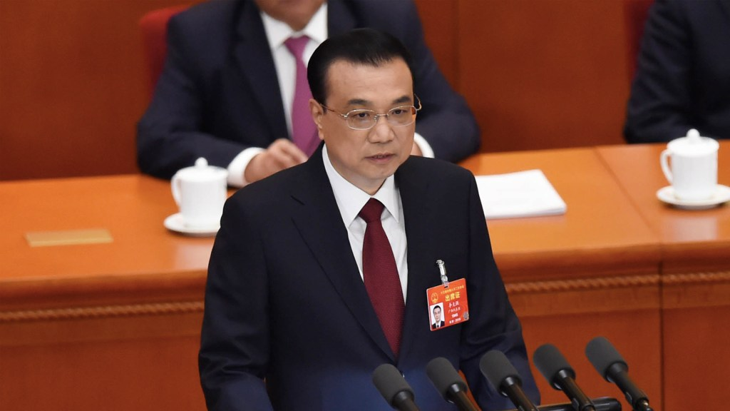 China reduce previsión de crecimiento y anuncia recortes - El primer ministro chino, Li Keqiang, entrega su informe de trabajo durante la sesión de apertura del Congreso Nacional del Pueblo (APN) en el Gran Palacio del Pueblo en Beijing. Foto de Wang Zhao/AFP