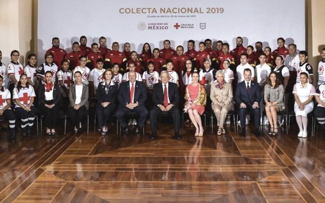 López Obrador encabeza inicio de colecta de la Cruz Roja - Foto de Twitter @JesusRCuevas