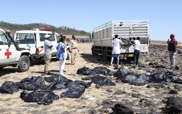Identificación de víctimas de Ethiopian Airlines podría tardar 6 meses - Equipos de rescate levantan cuerpos tras accidente