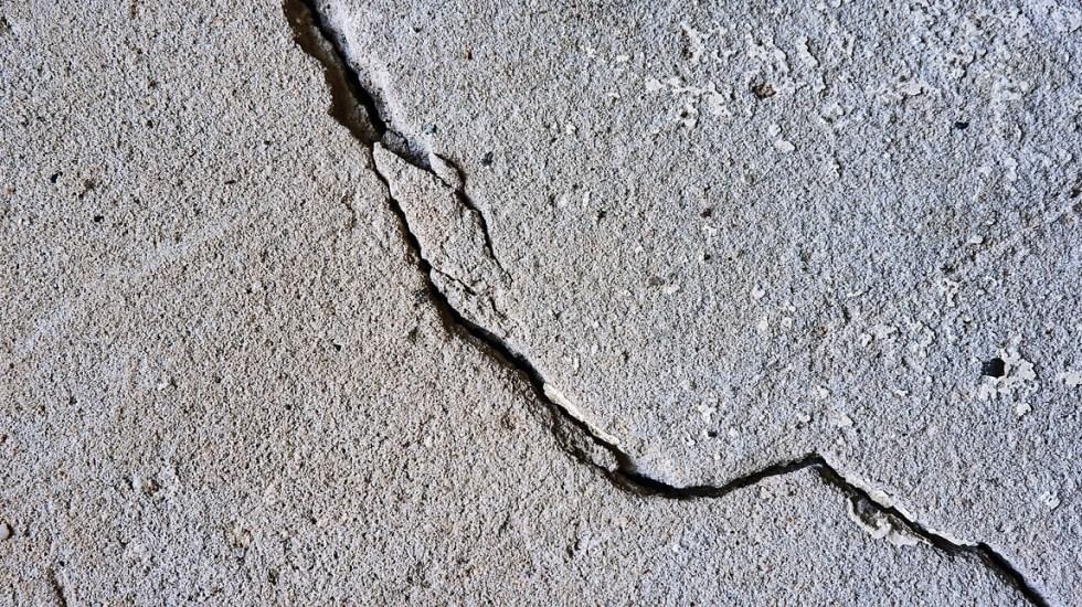 Sismo de magnitud 5.5 remece a El Salvador - Grieta por sismo. Foto de @photoart2018