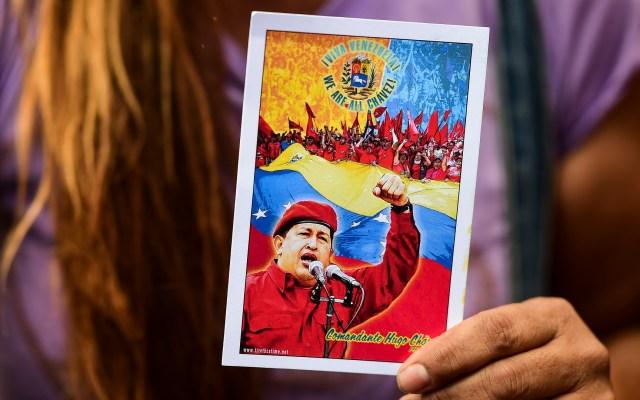 Nicolás Maduro aún llora muerte de Hugo Chávez - Postal de Hugo Chávez. Foto de AFP / Ronaldo Schemidt