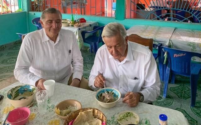 López Obrador desconocía que querían envenenarlo - AMLO comiendo caldo de pavo criollo en el poblado de Huimanguillo, Tabasco. Foto de @lopezobrador.org.mx