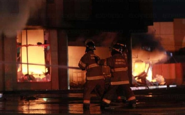 #Video Incendio consume importante mueblería en Hermosillo - Incendio de Ace Home Center de Hermosillo. Foto de Expreso