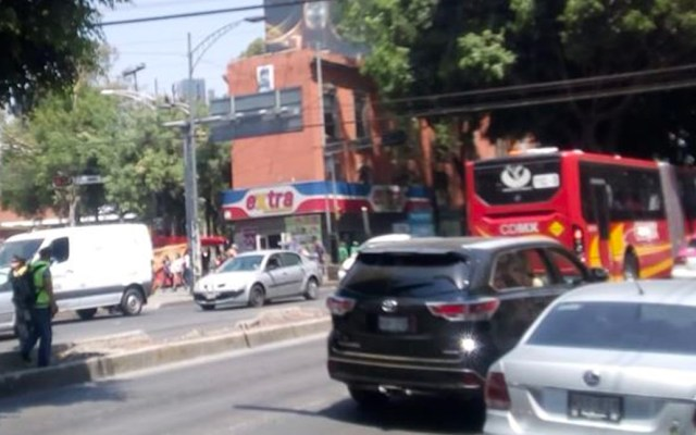 Manifestantes liberan Avenida Insurgentes a la altura de Monterrey - Foto de @OVIALCDMX