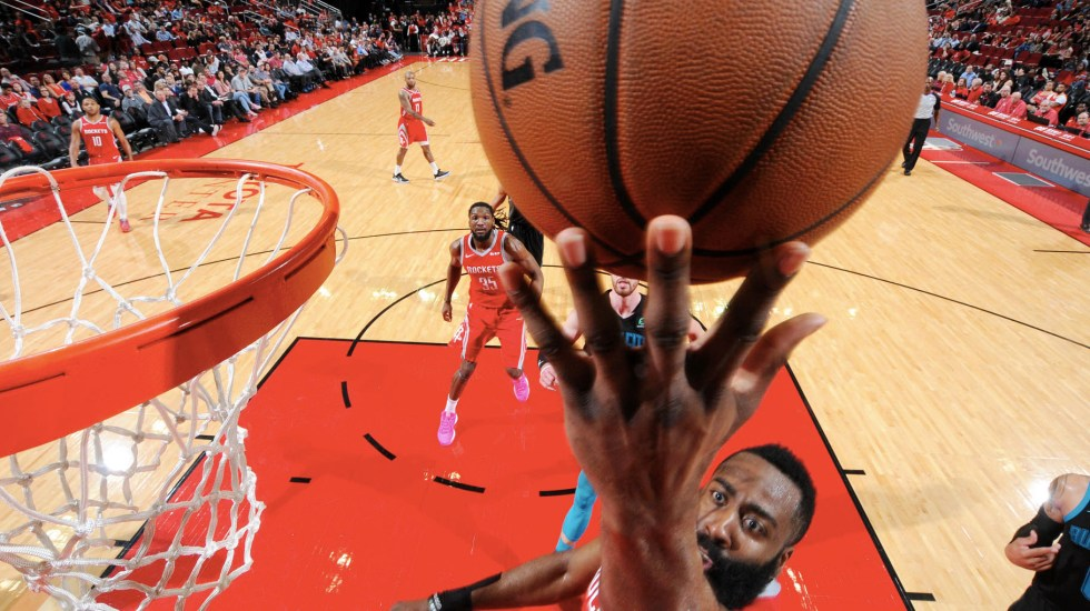 Harden afloja pero lleva a los Rockets a la victoria - James Harden de los Houston Rockets dispara la pelota contra los Charlotte Hornets el 11 de marzo de 2019 en el Toyota Center en Houston, Texas. Foto de Bill Baptist/NBAE/Getty Images/AFP