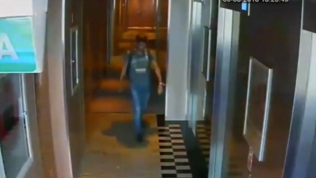 Ladrón yéndose del hotel. Captura de pantalla