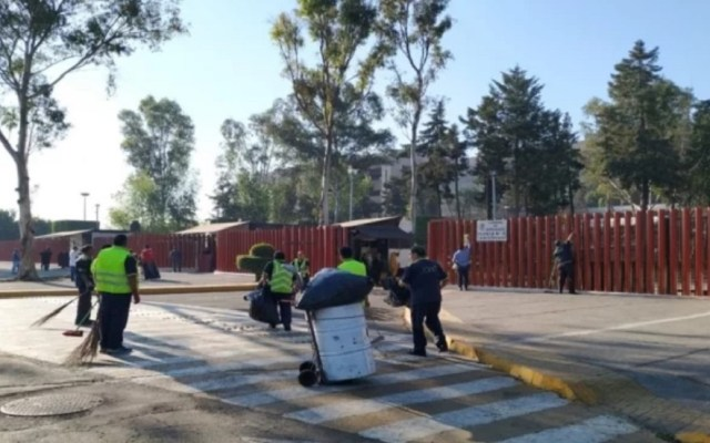 Reabren Cámara de Diputados tras retiro de la CNTE - Limpieza de los alrededores de San Lázaro. Foto de El Universal