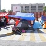 Suspenden sesión en San Lázaro por bloqueo de la CNTE - Maestros afuera de San Lázaro. Foto de Notimex