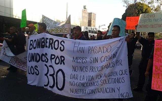 Bomberos vuelven a bloquear Avenida Insurgentes - Manifestación de vulcanos en Insurgentes Norte. Foto de @firenewsmx1