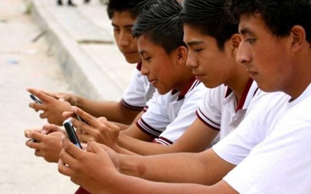 Adolescentes mexicanos tienen el celular encendido todo el día - Foto de Educación y Cultura AZ
