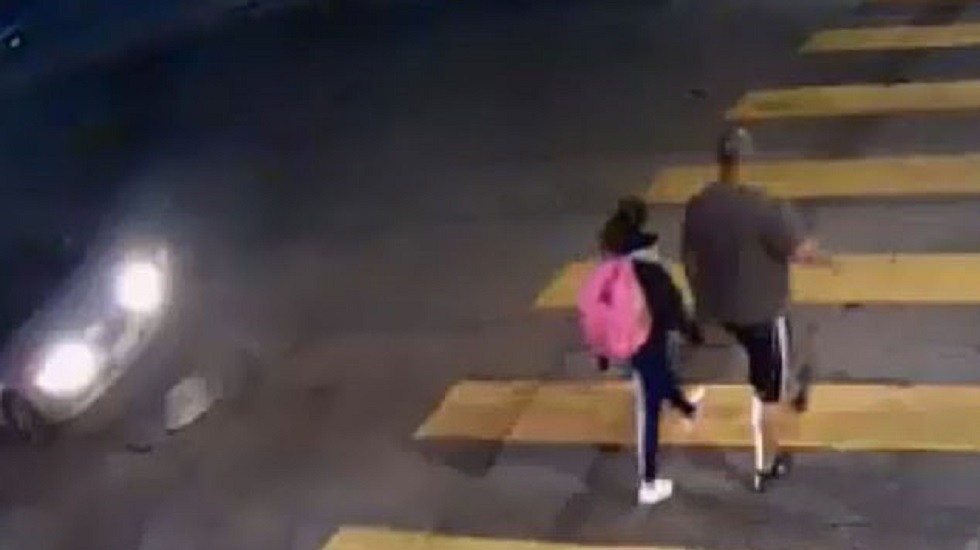 #Video Hombre salva a su hija de ser atropellada por adulta mayor - Momento en que adulta mayor casi atropella a padre e hija. Captura de pantalla