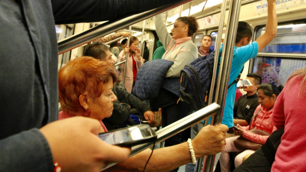 Un 91 por ciento de mujeres se sienten inseguras en transporte público capitalino - Foto de Notimex