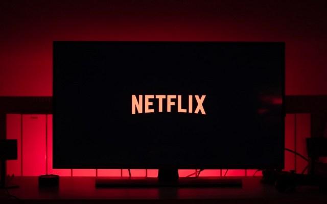 Netflix aumenta costos de suscripciones en México - Netflix en pantalla. Foto de @petibalt