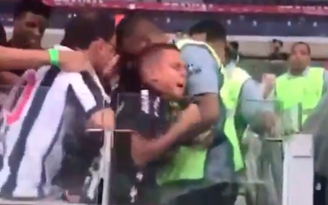 #Video Fanáticos del Mineiro roban playera a niño - Captura de pantalla