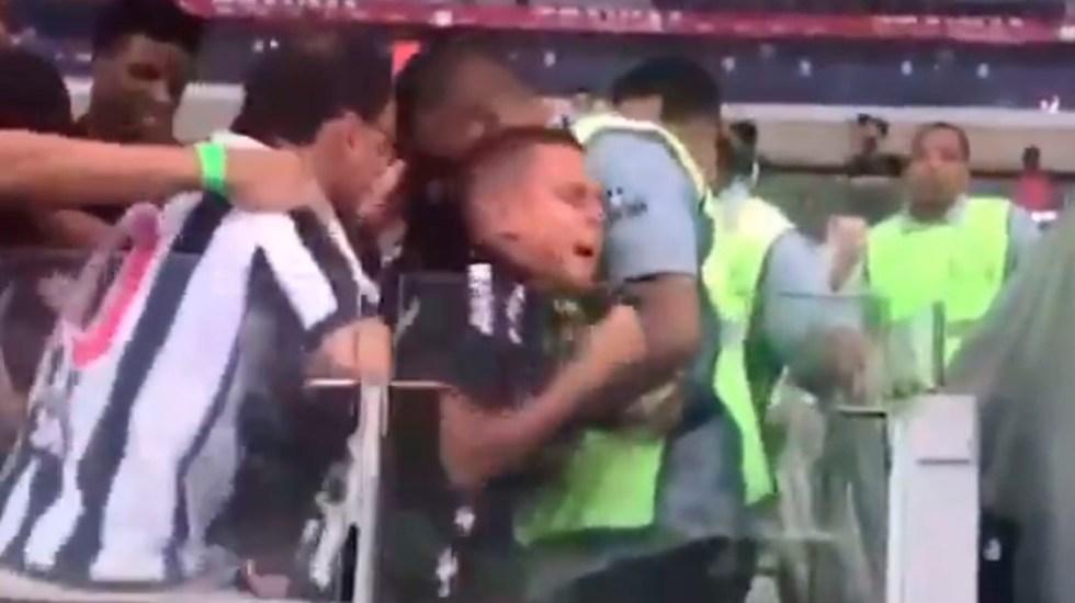 #Video Fanáticos del Mineiro roban playera a niño - Captura de pantalla