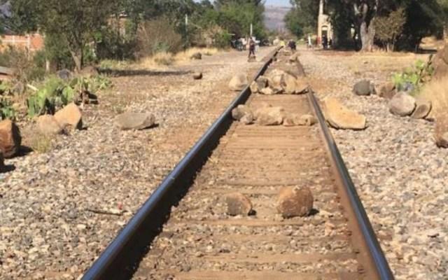 Normalistas bloquean vías férreas en Morelia por tercer día consecutivo - Foto de Quadratín