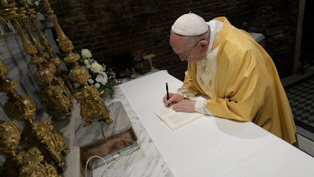 Papa Francisco firma Exhortación Apostólica. Foto de Vatican News