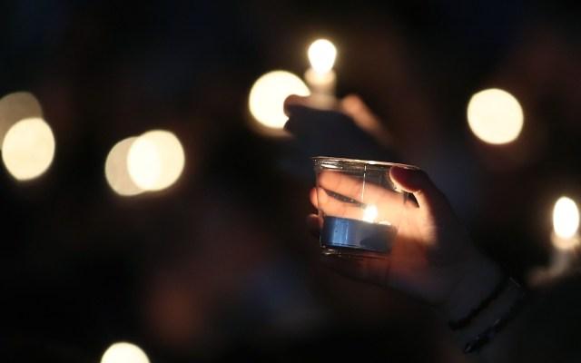 Se suicida un segundo sobreviviente de tiroteo en escuela de Florida - En esta foto de archivo tomada el 15 de febrero de 2018, estudiantes y familiares sostienen velas durante una vigilia para las víctimas del tiroteo masivo en Marjory Stoneman Douglas High School el 14 de febrero de 2018, en Pine Trail Park, en Parkland, Florida. Foto de Mark Wilson/GETTY IMAGES/AFP