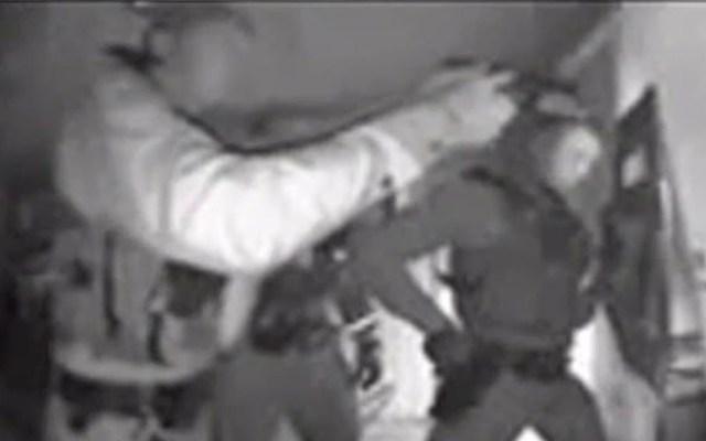#Video Policía de Arizona irrumpe en casa para sacar a menor no vacunado