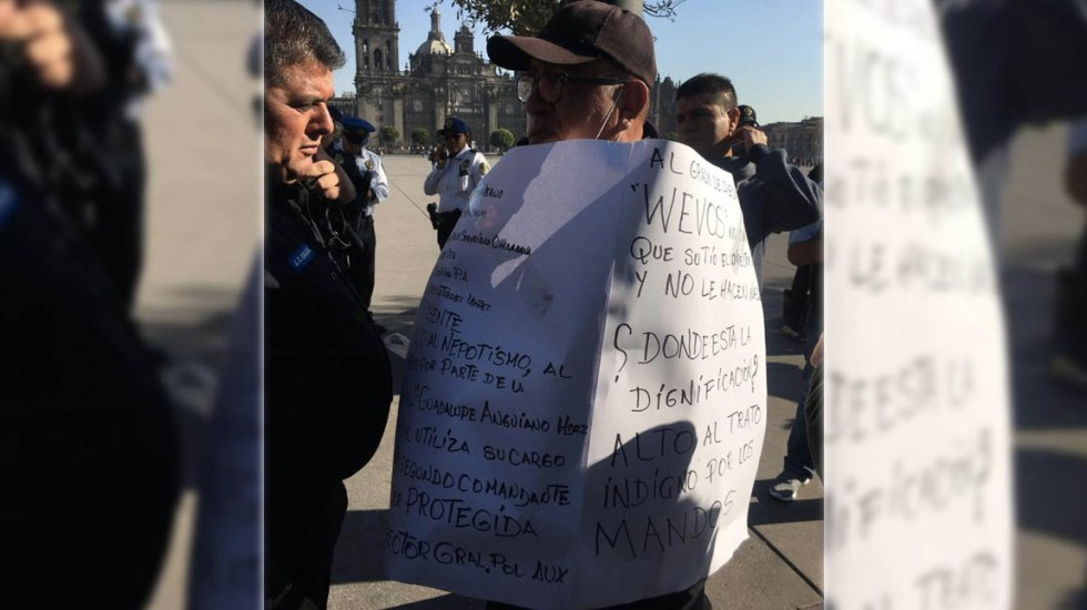 Policía se encadena en el Zócalo para manifestarse por maltratos - Foto de @GaboOrtega73