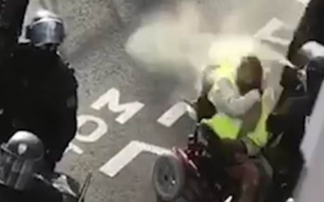 #Video Policía francés rocía gas pimienta a hombre en silla de ruedas - Policía rocía gas pimienta a hombre en silla de ruedas. Captura de pantalla
