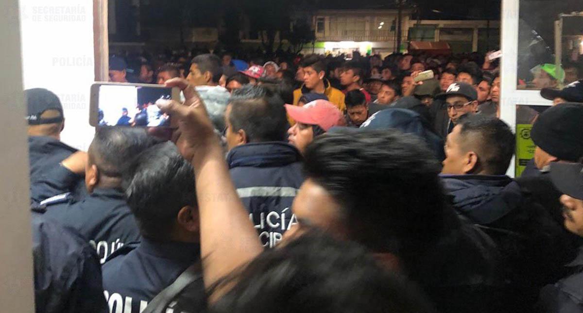 Policías dialogando con vecinos. Foto de @SS_Edomex