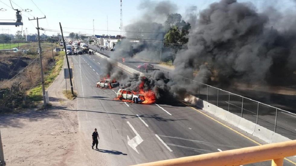 Bloquean carreteras e incendian autos en autopistas de Guanajuato - Quema de vehículos en Guanajuato. Foto de Cuartoscuro