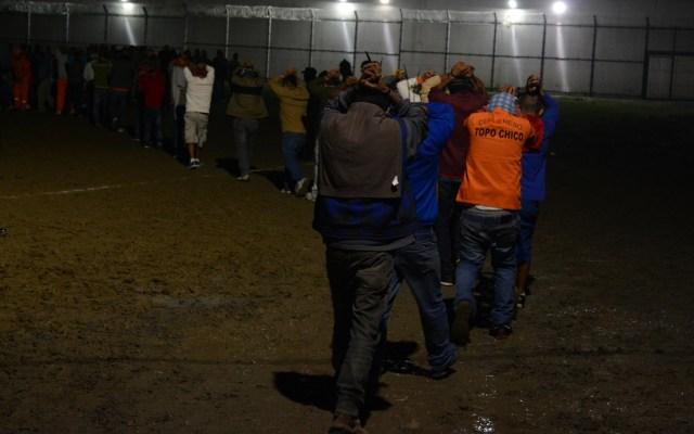 Trasladan a 504 'reos peligrosos' de Nuevo León a penales federales - Reos saliendo de penal de Nuevo León a uno federal. Foto de Notimex