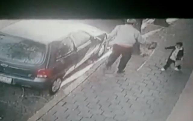 #Video Sujeto utiliza de cómplice a su hijo menor para robar - Foto de captura de pantalla