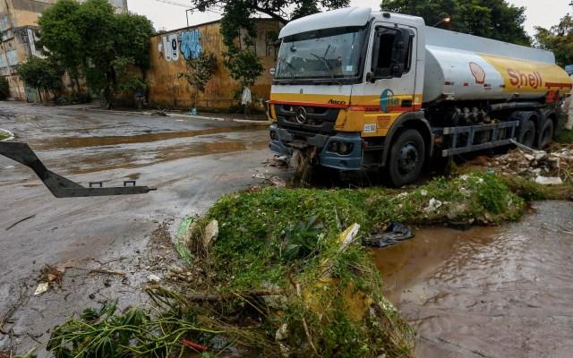Lluvias dejan al menos 12 muertos en Sao Paulo - Vista de los daños causados por las lluvias torrenciales en una calle de Sao Paulo, Brasil, el 11 de marzo de 2019. Foto de Miguel SCHINCARIOL/AFP