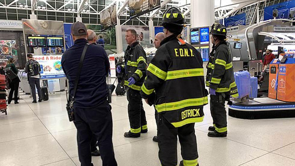 Servicios de emergencia esperando el descenso de pasajeros. Foto de Peter Gerber
