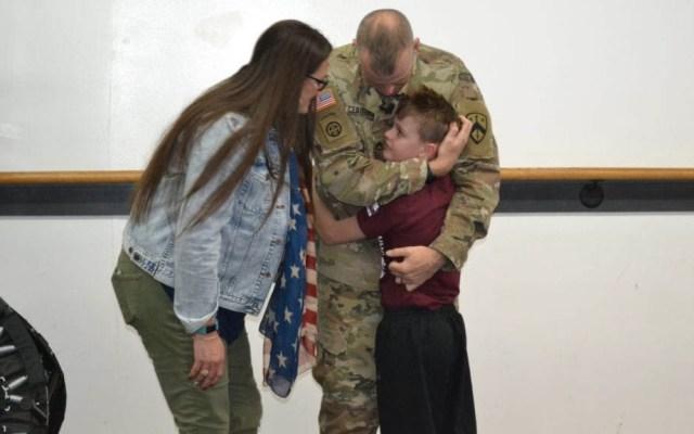 Reencuentro de soldado con su hijo conmueve a Trump - Foto de Lebanon Democrat