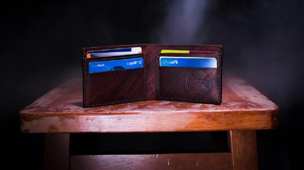 AMLO no presentará iniciativa contra comisiones bancarias - Tarjetas de crédito en cartera. Foto de @twopaddles