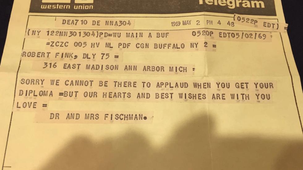 Hombre recibe telegrama que le fue enviado en 1969 por su graduación - Foto de The Washington Post