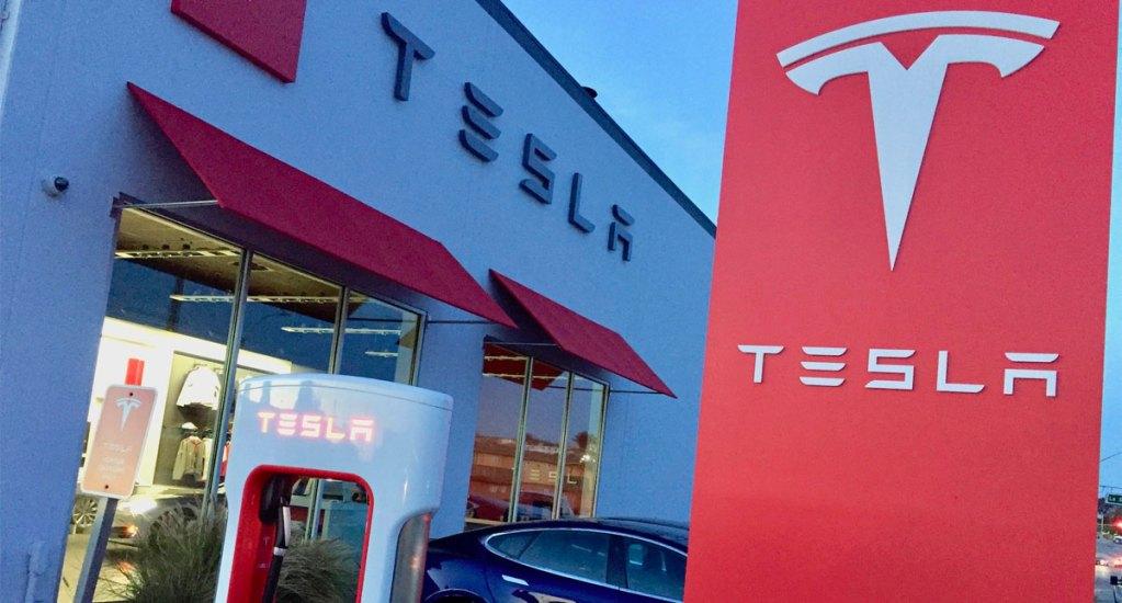 Tesla demanda a ex empleados por robar información confidencial. Noticias en tiempo real
