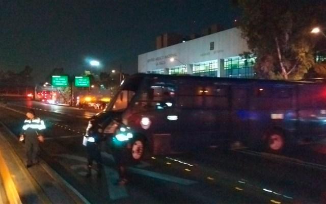 Tráiler volcado deja sin servicio 6 estaciones de Línea 3 del Metrobús - Foto de @abinadab1
