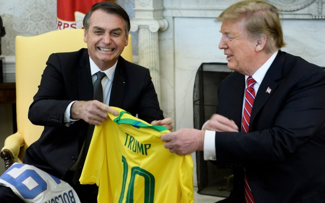 Trump y Bolsonaro intercambian playeras de futbol - Donald Trump y Jair Bolsonaro se regalaron playeras de futbol con sus nombres, como gesto de la buena relación personal que llevan. Foto de AFP / Brendan Smialowski
