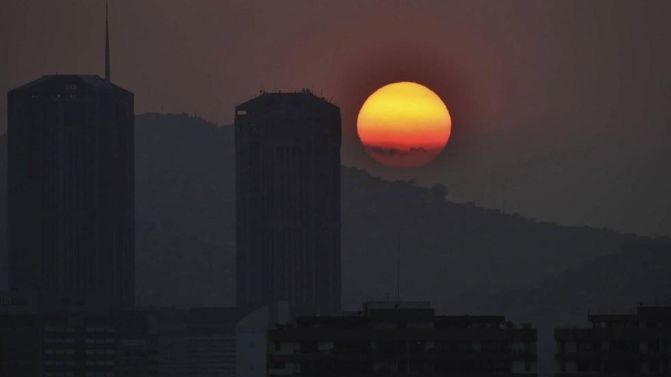 Comienza a recuperarse el servicio eléctrico en Venezuela - El sol se pone en Caracas durante un corte de energía parcial el 25 de marzo de 2019. Foto de YURI CORTEZ/AFP