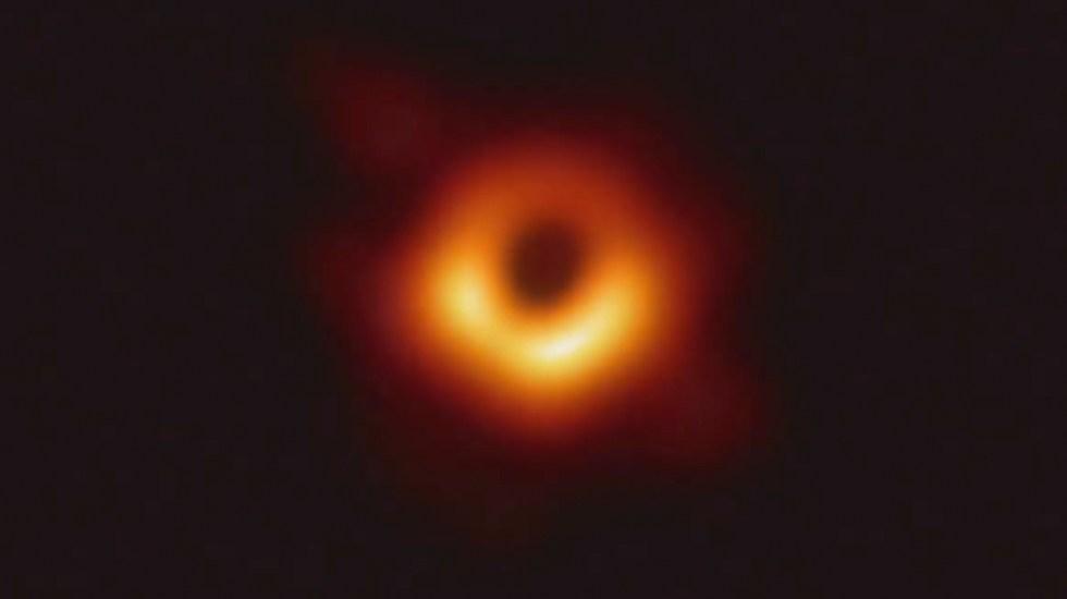La primera foto de un agujero negro - La primera foto del Agujero Negro, presentada por Shep Doeleman, director de Event Horizon Telescope Project.