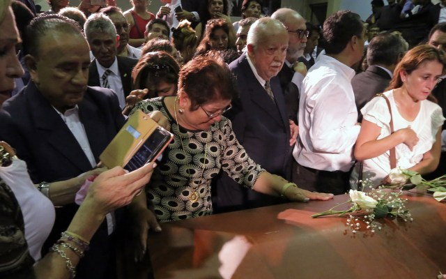 Así velaron a Alan García - Late Peruvian former President Alan Garcia coffin is surrounded by supporters during his wake at the American Popular Revolutionary Alliance (APRA) party headquarter's in Lima, on April 17, 2019. - Garcia, who was president from 1985-90 and again from 2006-11, died in hospital on April 17, 2019, after shooting himself in the head at his home as police were about to arrest him over the graft investigation. He was suspected of having taken bribes from Brazilian construction giant Odebrecht in return for large-scale public works contracts. (Photo by Luka GONZALES / AFP)