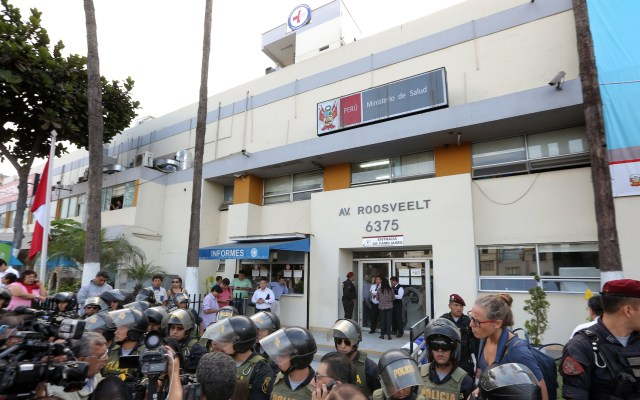 Alan García muere tras dispararse un tiro - Police officers stand guard outside the Casimiro Ulloa Emergency Hospital in Lima where Peruvian ex-president Alan Garcia is undergoing emergency surgery on April 17, 2019 after shooting himself in the head at his home as police were about to arrest him in a sprawling corruption case. - Peru's Health Minister Zulema Tomas said Garcia was in