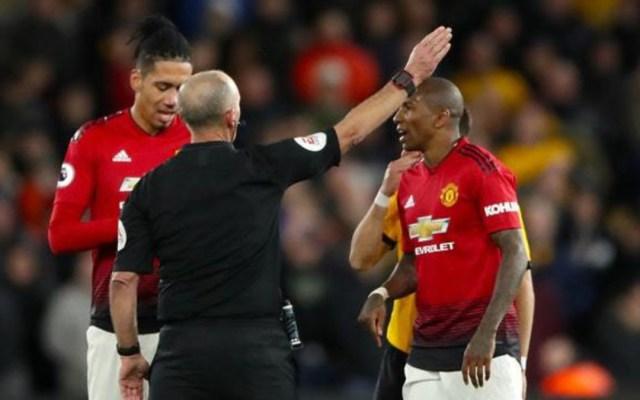 Árbitro saca su centésima tarjeta roja en la Premier League - árbitro tarjeta roja premier league