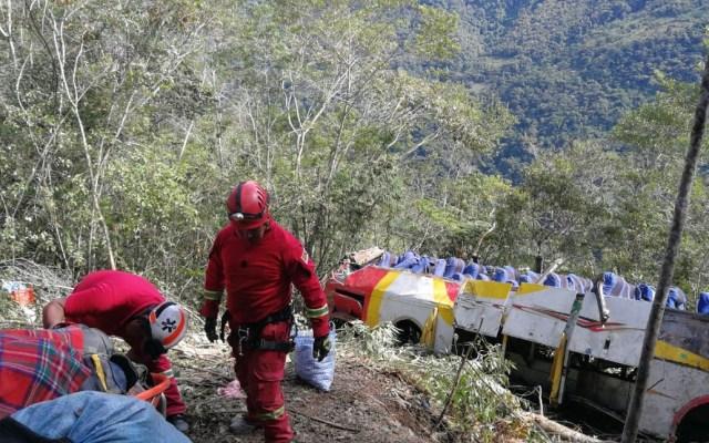 Aumenta a 25 cifra de muertos por accidente carretero en Bolivia - Autoridades atendiendo accidente carretero en Bolivia. Foto de ABI