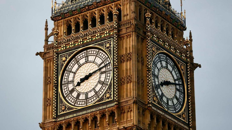 Edificios y monumentos británicos en riesgo - The clock face of Big Ben reads 20:12 at The Houses of Parliament in London on July 27, 2012, during the opening ceremony of the London 2012 Olympic Games. AFP PHOTO / JUSTIN TALLISJUSTIN TALLIS/AFP/GettyImages ORG XMIT: 148280581